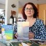 Pfarrerin Bettina Badenhorst von der evangelisch-reformierten Kirchengemeinde Brugg zeigt einen Teil ihrer Adventskalender-Sammlung.