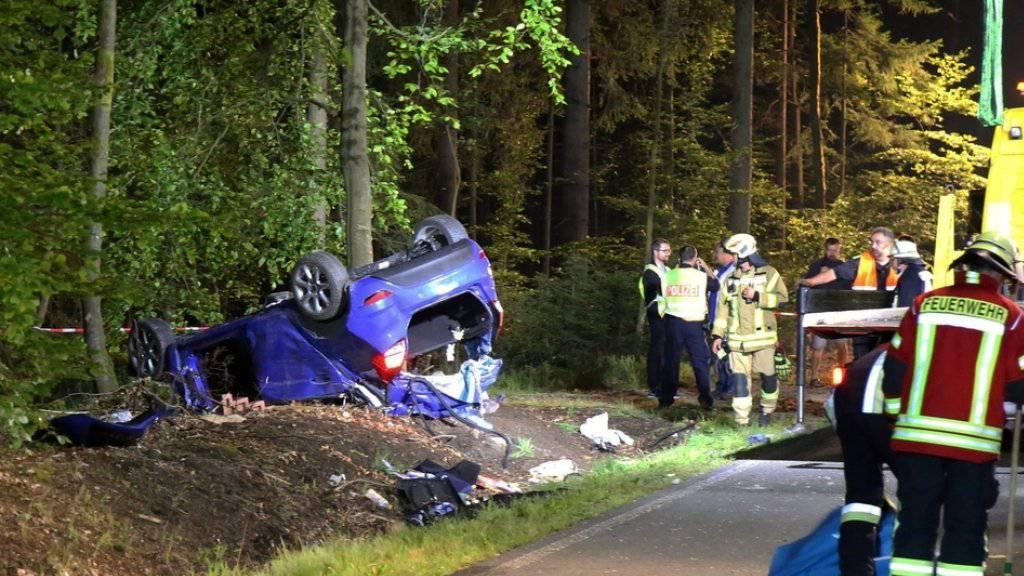 Ein Feuerwehrmann, der im Landeskreis Bayreuth zu einem schweren Verkehrsunfall ausgerückt ist, hat im Wrack seine Tochter mit tödlichen Verletzungen entdeckt.