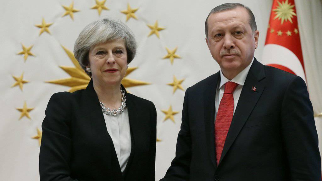 Die britische Premierministerin Theresa May trifft den türkischen Präsidenten Recep Tayyip Erdogan. Bei dem Treffen vereinbarten die beiden Politiker, die Handelsbeziehungen zwischen der Türkei und Grossbritannien zu vertiefen.