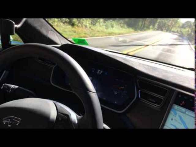 Ein Tesla-Fahrer hat Schwierigkeiten mit der Autopilot-Funktion: Das Auto versucht trotz doppelter Sicherheitslinie in ein entgegenkommendes Fahrzeug zu fahren.