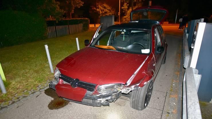 Das Auto verlor nach der Kollision Öl und Kühlwasser - aber der Autolenker setzte seine Fahrt dennoch fort.