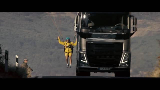 «Der fliegende Passagier»: Guillaume Galvani fliegt an einen Truck gehängt unter einer Brücke hindurch.