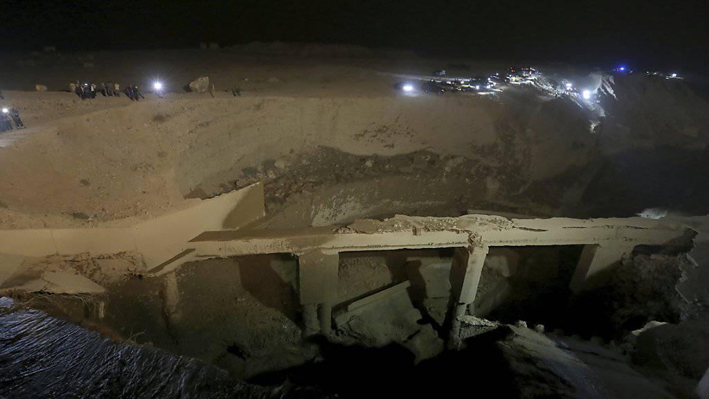In Jordanien ist am Donnerstag wegen einer plötzlichen Flut eine Brücke eingestürzt. Die Zahl der Toten ist auf 20 gestiegen, darunter viele Kinder und Jugendliche.
