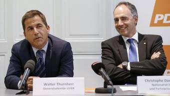 Bevor Walter Thurnherr 1989 in den diplomatischen Dienst eintrat, hatte er an der ETH Zürich theoretische Physik studiert. Hier neben noch als Generalsekretär des UVEK neben CVP-Präsident Christophe Darbellay (r.).