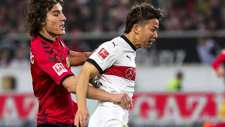 Stuttgarts Torschütze Takuma Asano erkämpft sich den Ball