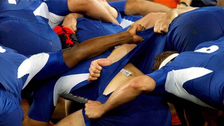 Ein Rugbyspieler des RC Neuchatel ist auf dem Platz zusammengebrochen und im Spital verstorben. (Symbol)