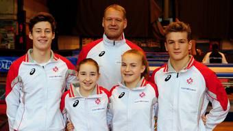 Gehören in St. Petersburg zur Schweizer Delegation: Jörg Hohenstein (Cheftrainer Trampolin am NKL). Vorne (v.l.): Luc Waldner (Langendorf), Lia Pichler (Frenkendorf), Lavinia Bitterli (Buckten) und Noa Wyss (Leuzigen).