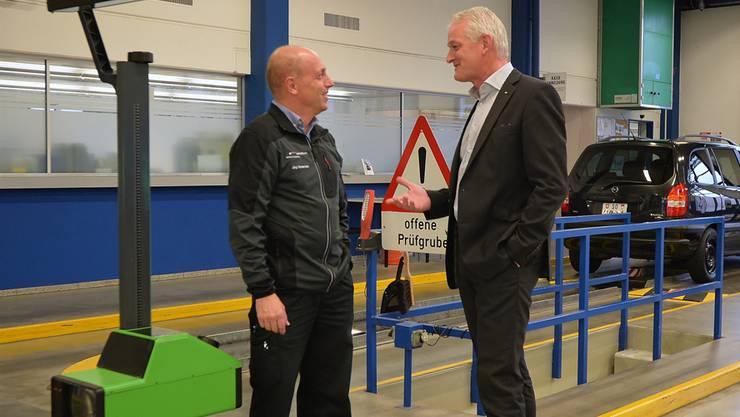 Fachsimpeln in der Bellacher MFK-Prüfhalle: Jürg Ochsenbein, stellvertretender Leiter Technik, und Amtschef Kenneth Lützelschwab (rechts).
