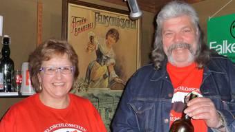 Ruth Sollberger und Peter Probst sammeln Bierflaschen und Biergläser.apb