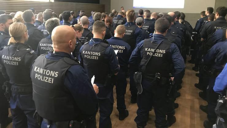 Einsatzbesprechung der Aargauer Polizisten