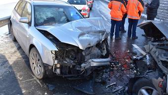 Zwei Mal Totalschaden und drei Verletzte: das ist die Bilanz des Unfalls in Zernez GR. Die Polizei untersucht, wie es dazu  kam.