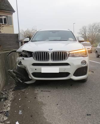 Eine Frau fuhr am Montagmittag auf der Zürcherstrasse in Windisch gegen eine Stützmauer.