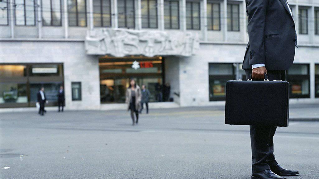 Fast zwei Drittel der Schweizer Bevölkerung glaubt, dass eine Beschränkung bei den Boni den Unternehmen nicht schaden würde.