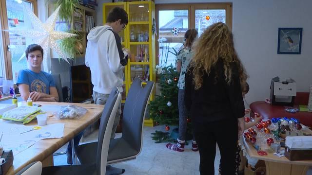 13-köpfige Grossfamilie bereitet sich auf Weihnachten vor