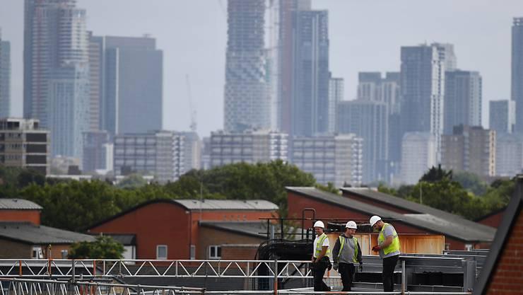 Die britische Wirtschaft ist im zweiten Quartal 2019 wohl  auch angesichts der Unsicherheit um den EU-Austritt Grossbritanniens geschrumpft. Im Bild Bauarbeiter in London. (Archivbild)