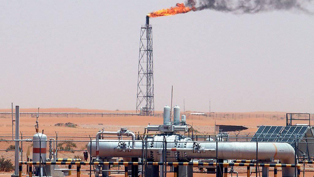 Ende des Preiszerfalls: Nach Monaten mit sinkenden Preisen ist Erdöl wieder teurer geworden. (Archiv: Ölfeld Khurais in Saudi-Arabien)