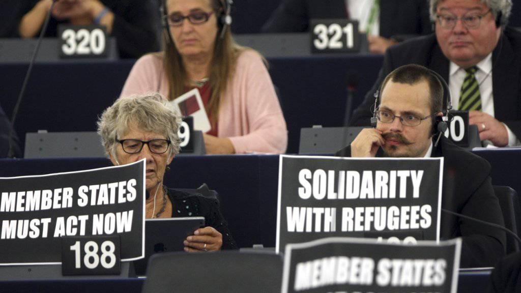 Solidarität im EU-Parlament mit den Flüchtlingen: Pläne von Kommissionspräsident Jean-Claude Juncker in der Kritik (Symbolbild)