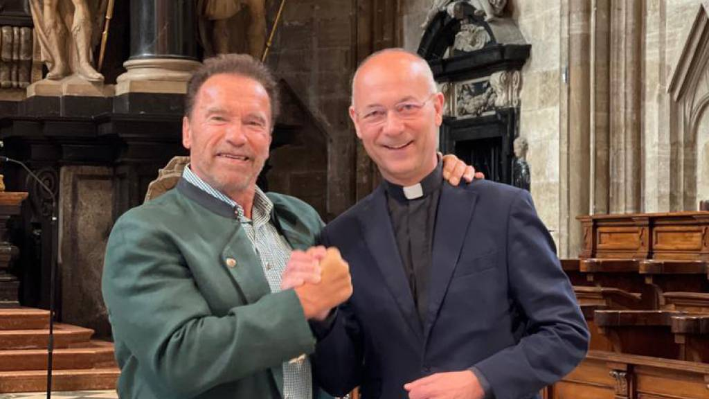 Arnold Schwarzenegger spielt Orgel im Stephansdom