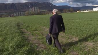 Hier zeigt Stadtpräsident Kurt Fluri den Ort, wo im Untergrund der Stadtmist zu finden ist.