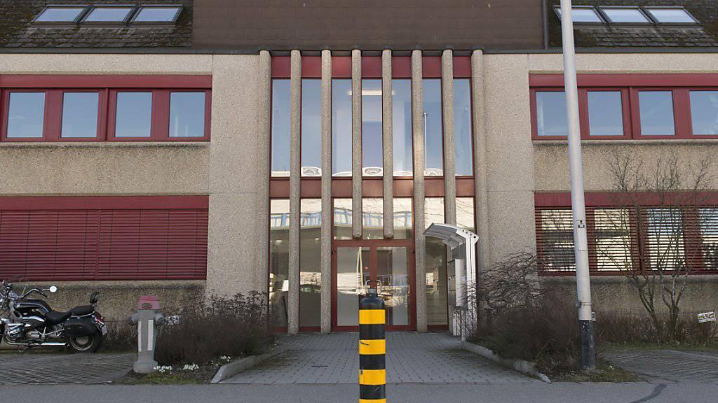 Das Gebäude der Serafe AG in Fehraltdorf ZH. Die neue Erhebungsstelle für die Radio- und Fernsehgebühren verwendet gemäss dem Verband Schweizerischer Einwohnerdienste (VSED) nicht die aktuellsten Daten der Einwohnerregister. (Archivbild)