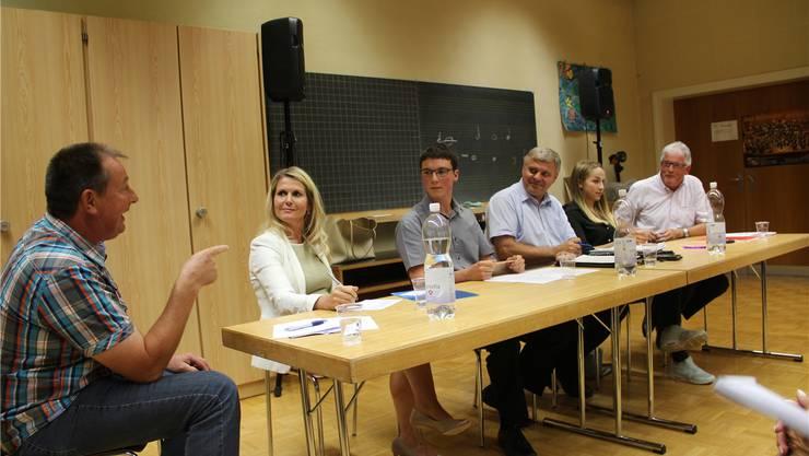 Ruedi Schmid (SVP, links) und Robert Frauchiger (SP, rechts) waren sich selten einig. Moderator Mathias Küng (Mitte) schlichtete mit Charme und politischem Wissen.