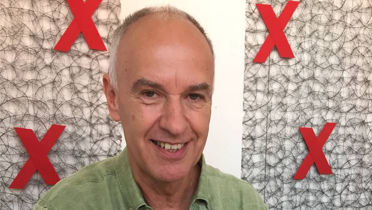 Der ehemalige Handball-Internatio- nale Max Schär (64) zeigt ein Modell des Gesundheitsschuhs Anova.