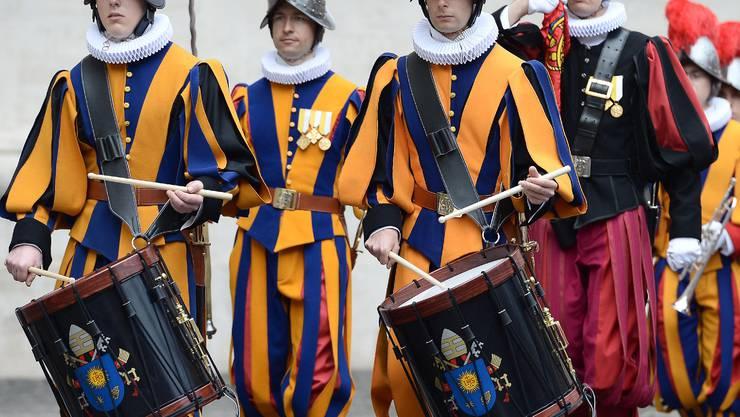 Martin Büttler (rechts) als Tambour der Schweizergarde unter Benedikt XVI. und Franziskus.
