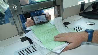 Stempeln, bitte! Wer seinen Einkauf an der Grenze abstempeln lässt, bekommt im Geschäft die 7 respektive 19 Prozent Mehrwertsteuer zurück. Archiv