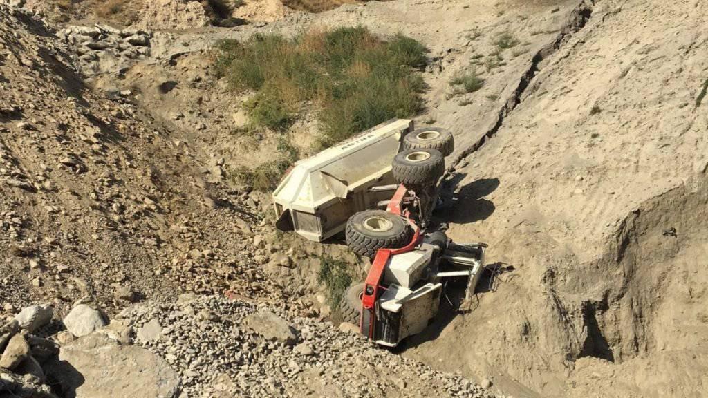 Die Baumaschine kam in einer Böschung vom Weg ab und überschlug sich. Ein 53-jähriger Arbeiter kam ums Leben.