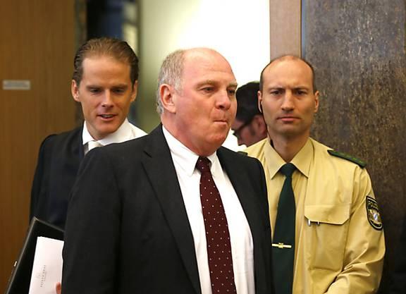 Rückblick: Hoeness wurde im März 2014 vom Landgericht München II wegen Hinterziehung von 28,5 Millionen Euro Steuern zu einer Freiheitsstrafe von 3,5 Jahren verurteilt.