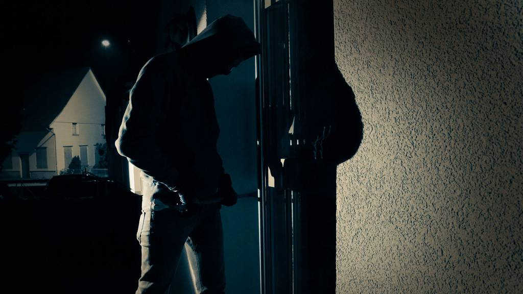 Einbrecher versteckt sich im Kleiderschrank