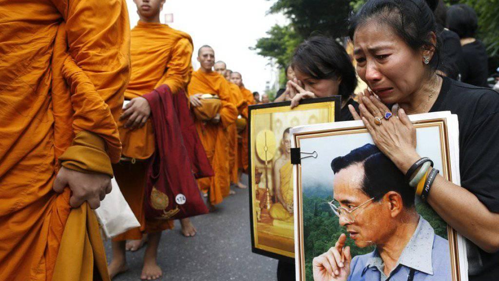 Almosen im Andenken an den König: Mit landesweiten religiösen Zeremonien hat Thailand dem verstorbenen König Bhumibol am ersten Todestag die Ehre erwiesen.