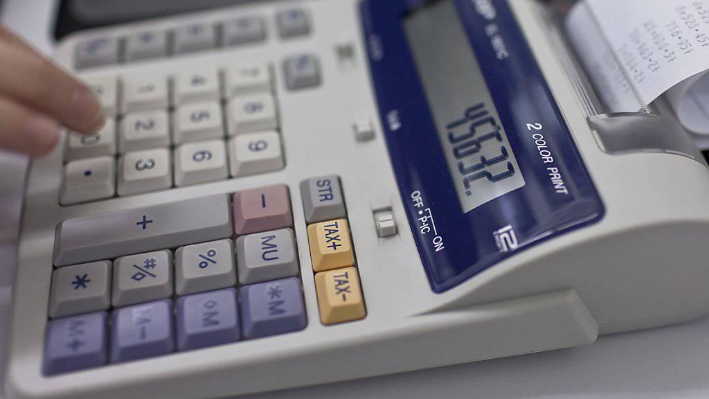"""Betrüger, die sich als Vorgesetzte ausgeben, haben Solothurner Firmen am Telefon oder per E-Mail aufgefordert, grössere Geldsummen zu überweisen. Die Polizei warnt vor diesem """"CEO-Betrug"""". (Symbolbild)"""