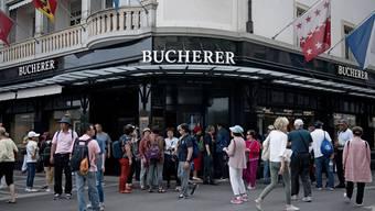 Chinesische Touristen vor dem Luzerner Uhren- und Schmuckhändler Bucherer.