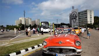 Über allem wachen die Augen von Fidel und des Che: Touristen auf dem Platz der Revolution in Havanna.Reuters