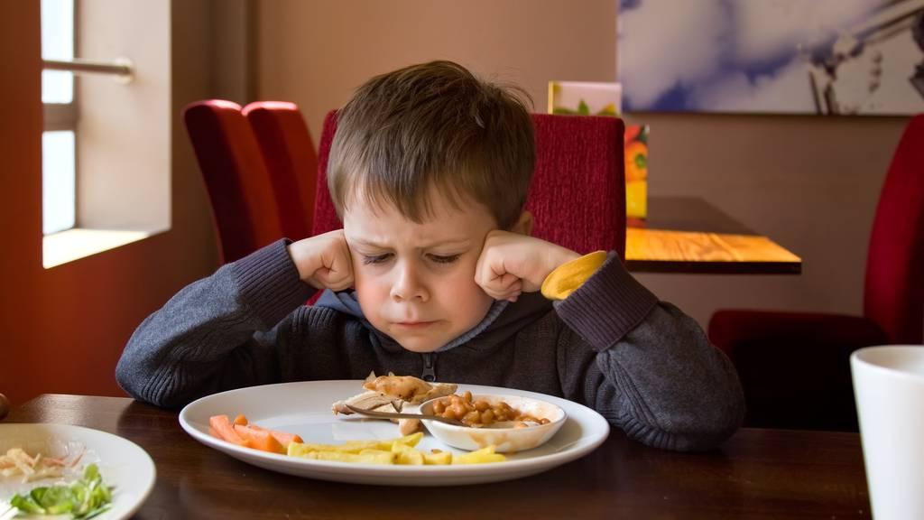 Über die Hälfte der Gäste ist sich einig, dass Kinder keine Tischmanieren haben. (Symbolbild)