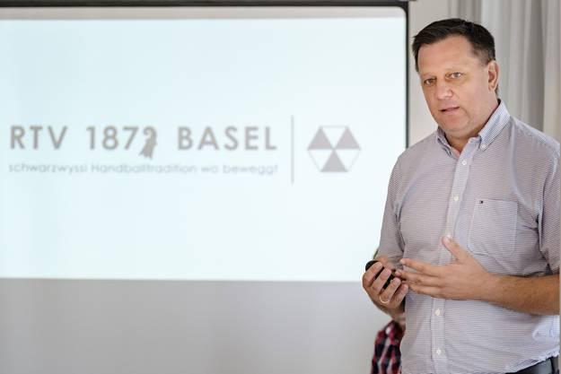 Sven Lüdin zeigt das neue Logo des RTV Basel.