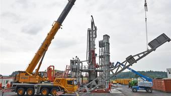 Dieses Bohrgerät, das aktuell in Trüllikon im Standortgebiet Zürich Nordost aufgebaut wird, kommt später auf dem Bözberg zum Einsatz. Bild: zvg/Nagra