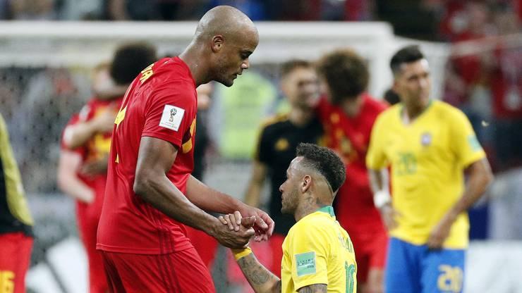 Neymar wird von Vincent Kompany getröstet.