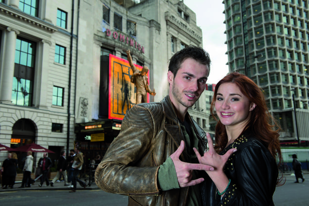 Christopher Brose und Jeannine Wacker vor dem Theater in London.(Hugo Glendinning)