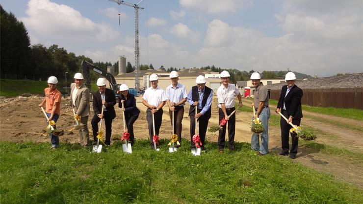 Erneuerung und Erweiterung der Infrastruktur der Novoplast AG in Wallbach: Spatenstich unter anderen mit CEO Roland Kaufmann (Dritter von links) und Architekt Rudolf Vogel (Fünfter von links). chr