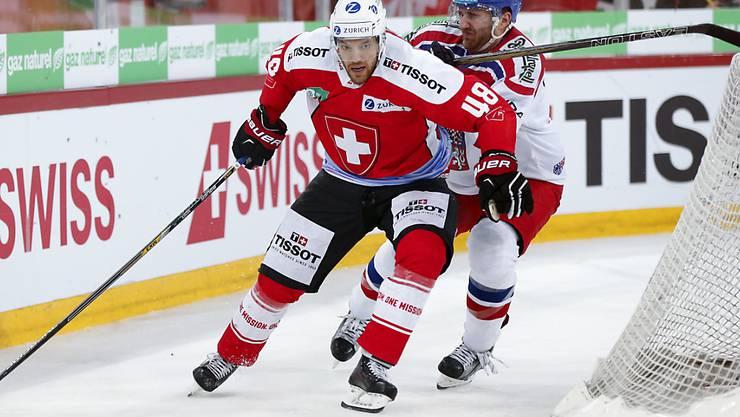 Matthias Bieber (links) im Zweikampf mit dem Tschechen Tomas Voracek