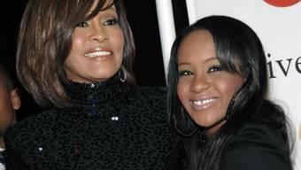Bobbi Kristina Brown - recht neben ihrer Mutter Whitney Houston - hatte zahlreiche toxische Substanzen im Blut, als sie bewusstlos aufgefunden wurde (Archiv).