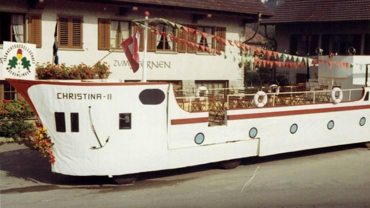 """1969: Eigentlich hatte die Reederei AG das Schiff """"Christina"""" für den Winzerumzug in Döttingen gebaut. Als Würenlinger Fasnachtsclique nahmen sie auch am ersten Umzug in ihrem eigenen Dorf teil."""