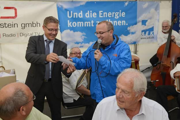 Roland Fürst fungiert als Glücksfee, Marco Lupi liest den Gewinner des Sesseli vor.