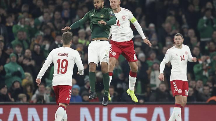 Irland mit David McGoldrick wehrte sich nach Kräften, doch die Dänen um Simon Kjaer (4) lösten in Dublin das EM-Ticket