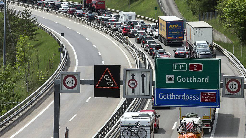 Osterreiseverkehr am Gotthard staut sich auf acht Kilometern