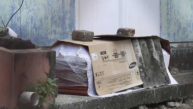 Sogar auf den Strassen werden in Ecuador Leichen von Coronavirus-Opfern aufgebahrt, weil die Leichenhallen der Spitäler überfüllt sind.