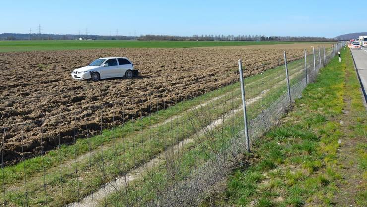 Das Auto wurde von der Autobahn abgedrängt, durchbrach den Zaun und kam erst auf einem Acker zum Stillstand.