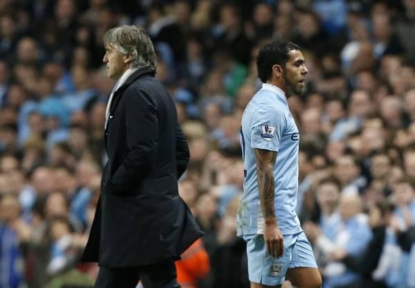 Carlos Tevez geht bei seiner Auswechslung neben Manager Roberto Mancini vorbei